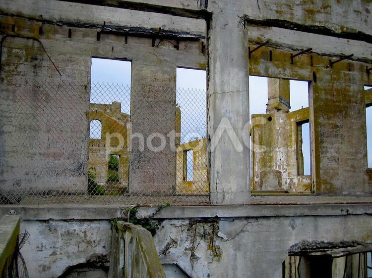 廃墟の窓の写真