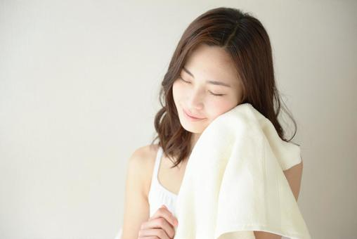 수건으로 얼굴을 닦는 여성 8