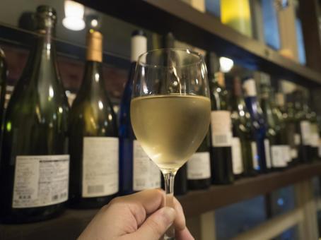 酒杯和幾瓶酒排在架子上