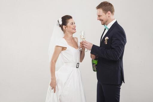 新娘和新郎3喝香槟