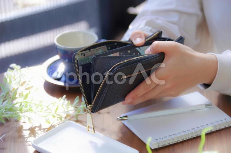 お財布と女性の写真