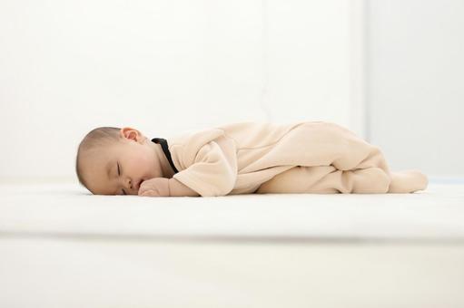 ラグマットで眠る赤ちゃん3