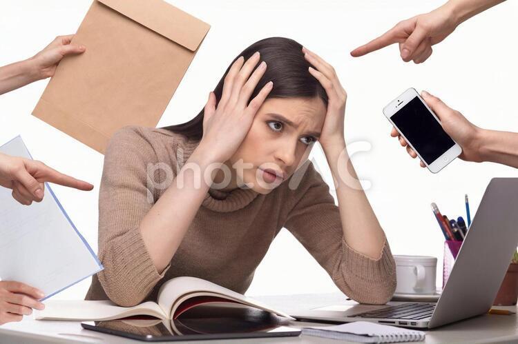 仕事に追われる女性の写真