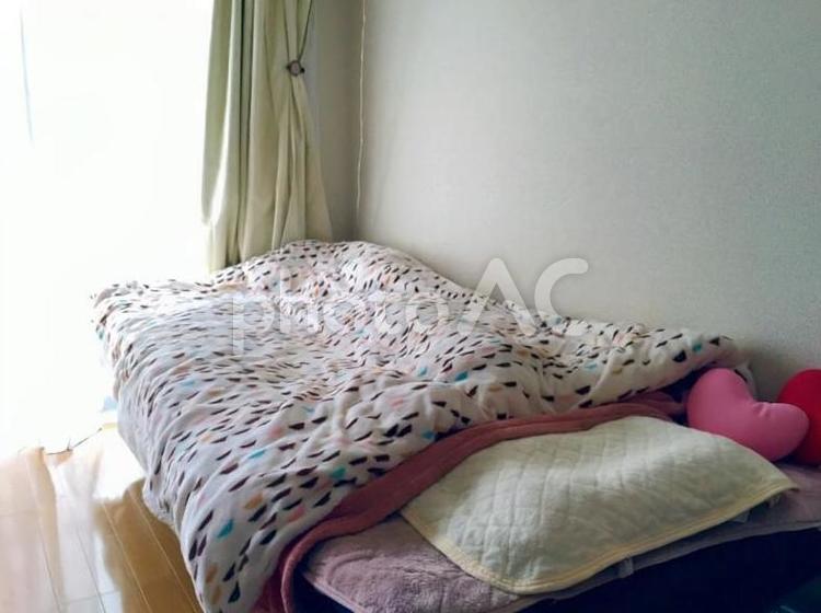 女性の部屋のベッドの写真