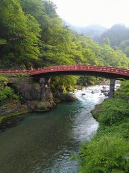 파워 명소 인 붉은 다리와 강