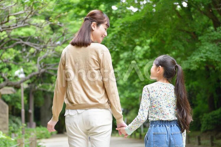 手を繋いで歩く母娘3の写真