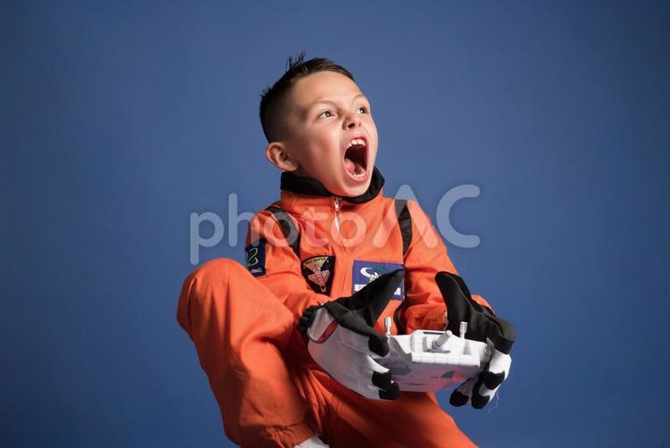 宇宙服を着てコントローラーを持つ男の子9の写真