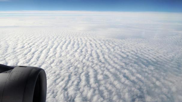 구름 위의 세계 비행기 창에서