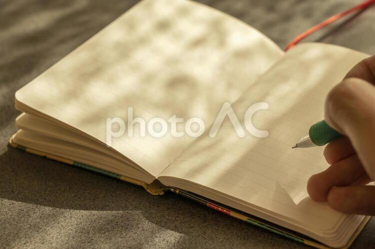 ノートにメモをとるの写真