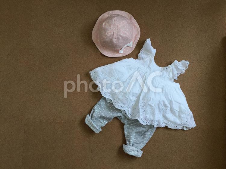 子供服 女の子 夏 白いワンピース 帽子の写真