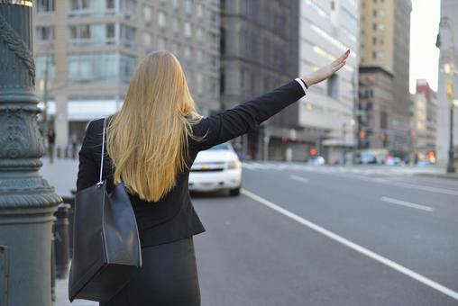 外国妇女等待出租车4
