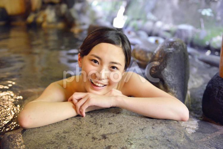 露天風呂で微笑む女性の写真