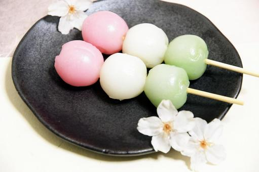 Cherry blossoms and three-color dumplings