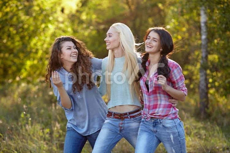 楽しげな女の子3人組(屋外)4の写真