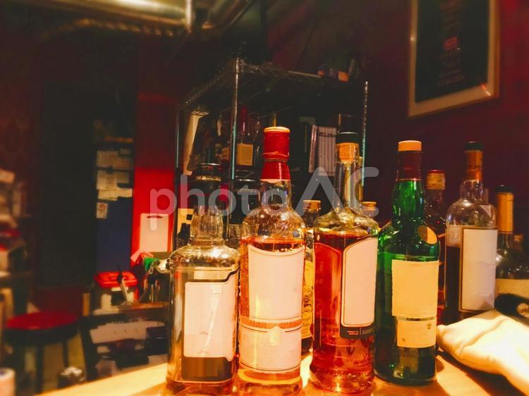 バーカウンターに並んだ酒瓶の写真