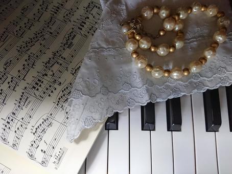 피아노 건반과 목걸이
