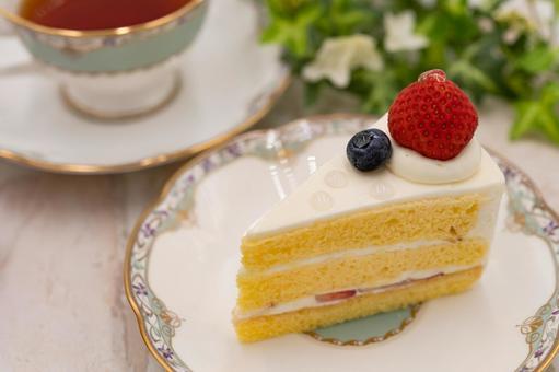 Strawberry shortcake and tea