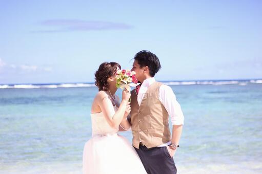 在照片婚禮花束上接吻