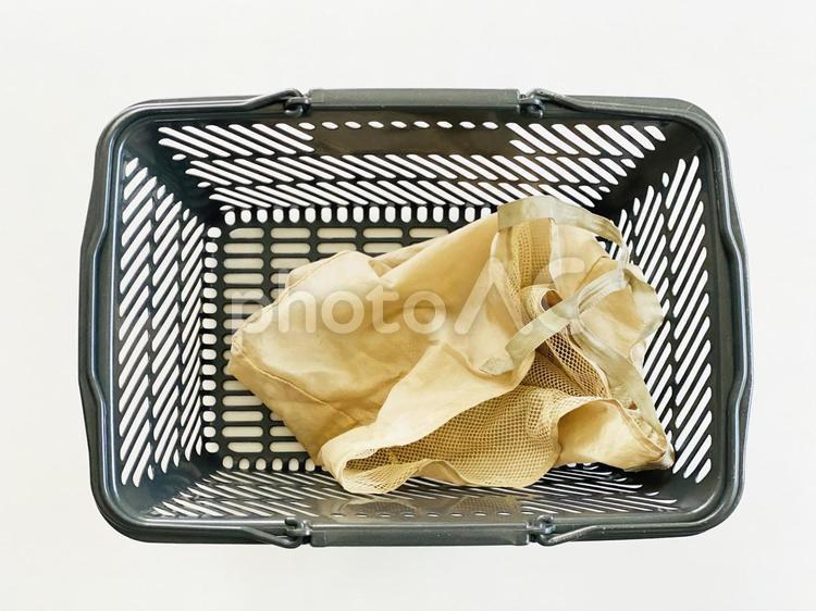 買い物カゴに入れたマイバッグの写真