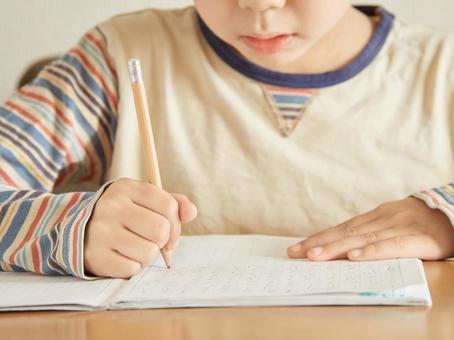 小學生做作業
