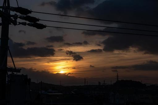 [Asahi] Sunrise and silhouette of the townscape [Landscape]