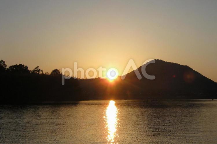 入鹿池と本宮山の日没の写真
