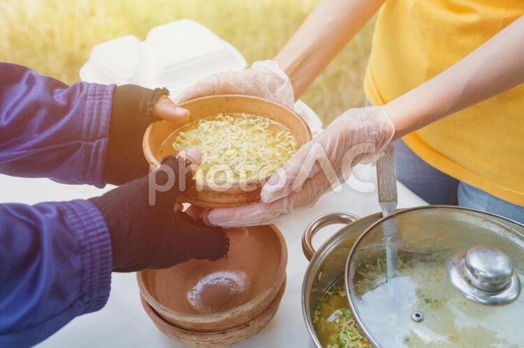 料理を渡すボランティアの写真