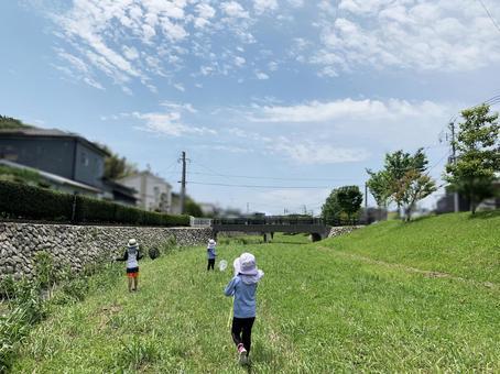 孩子們在河裡玩耍