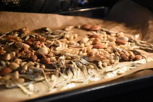 Oven-baked nuts and small fish