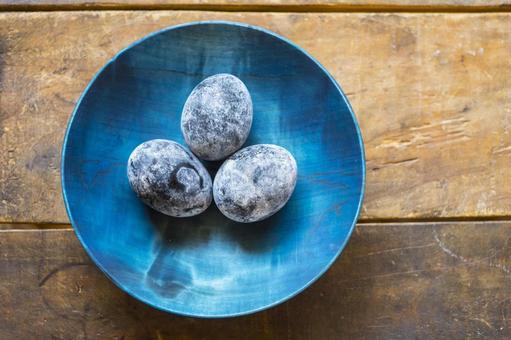 黒い温泉卵_青い木のお皿