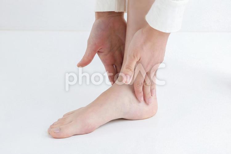 足を触る人の写真