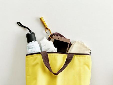 Folding umbrella in a tote bag_ bird's-eye view part