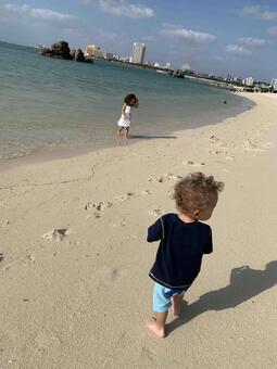 해변을 산책하는 누나와 동생