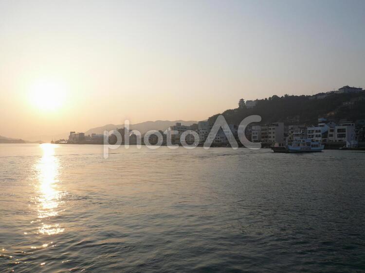 夕日が尾道水道に反射する夕景!の写真