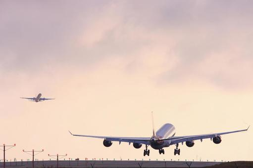 Airplanes departing from and arriving at Los Angeles International Airport