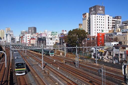 우구 이스 다니의 호텔 거리를 통과하는 우에노 도쿄 라인과 조반 선