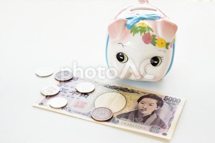 豚の貯金箱と現金4の写真