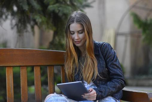 女人看到平板電腦15