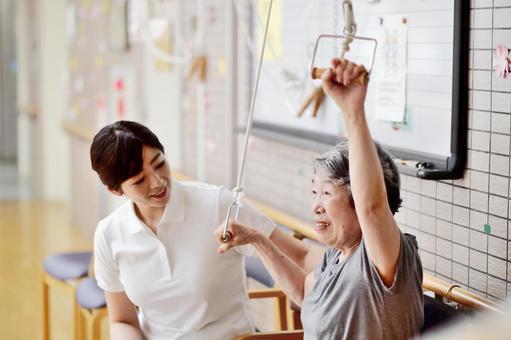 リハビリするおばあちゃんと介護士1