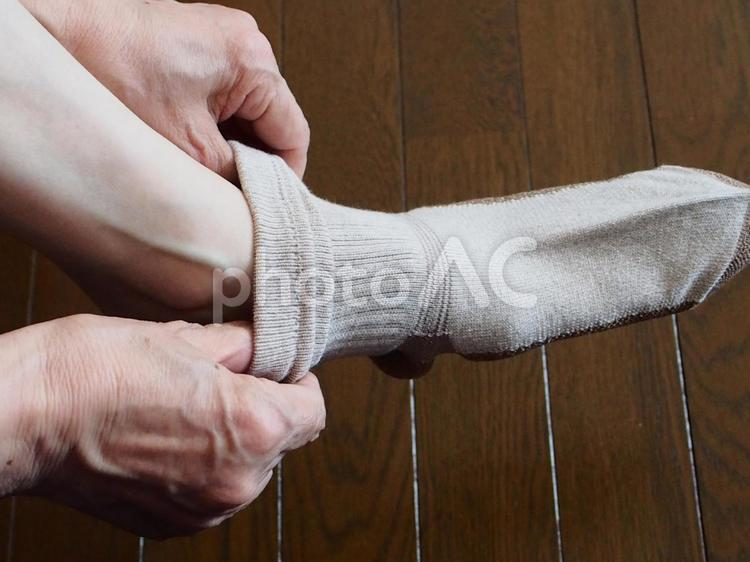 中年女性の足と靴下の写真