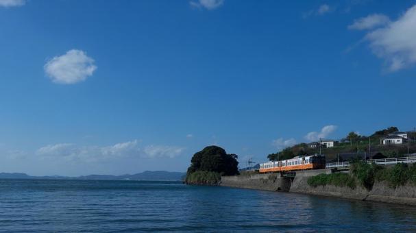 해안선을 달리는 기차