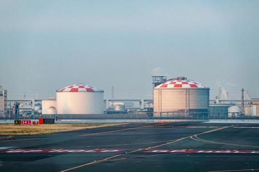 석유 탱크 화창한 아침에 이륙하는 비행기에서 하네다 공항 시설