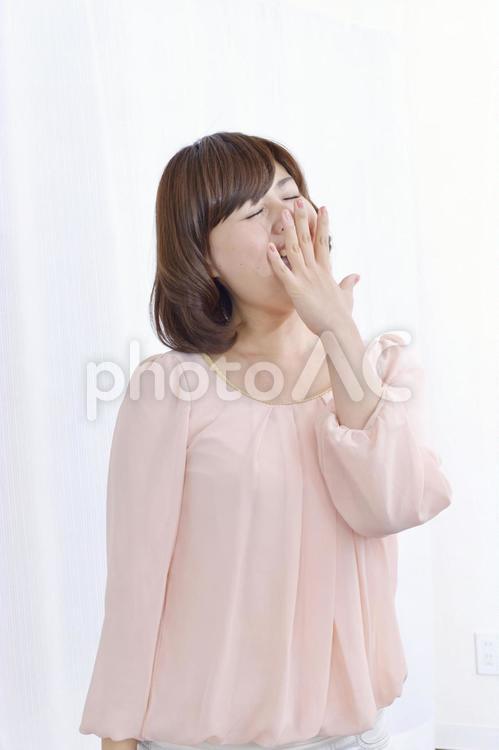 あくびをする女性1の写真
