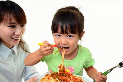 식사를 즐기는 여자