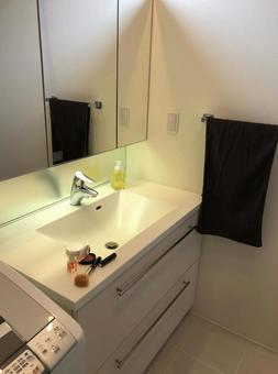Washbasin and cosmetics ⑵