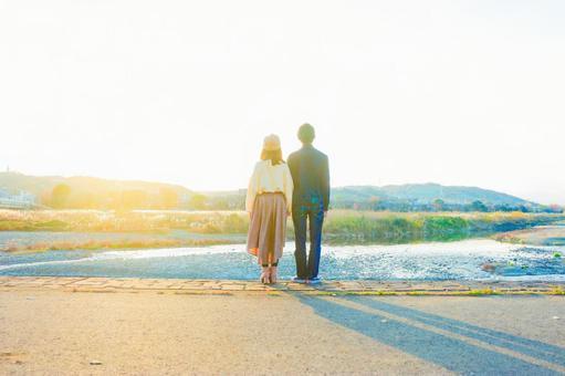 看秋天風景的夫婦