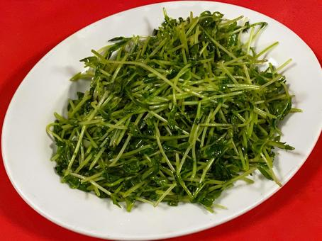 町中華 豆苗の炒め 赤テーブル