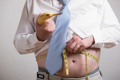 허리를 측정하는 직장인 남성 1