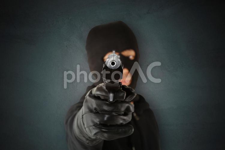 覆面の男性 拳銃11の写真