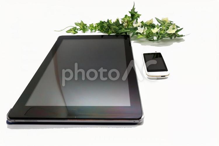 10.8インチタブレットと2.4インチスマートフォンの写真